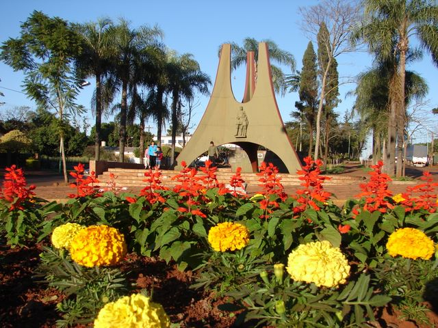 http://www.apostoles.gov.ar/images/phocagallery/Ciudad/Monumento%201ros%20Colonos/26_Fotos%20de%20la%20Ciudad.jpg